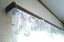 シングルレールは壁からの出幅が半分で済みます。