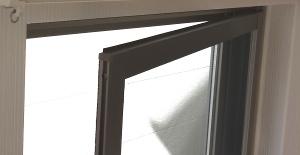 室内側に開く網戸の場合は注意が必要です。