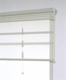 ロールスクリーンの正面付は窓上のスペースにコンパクトに納まります。